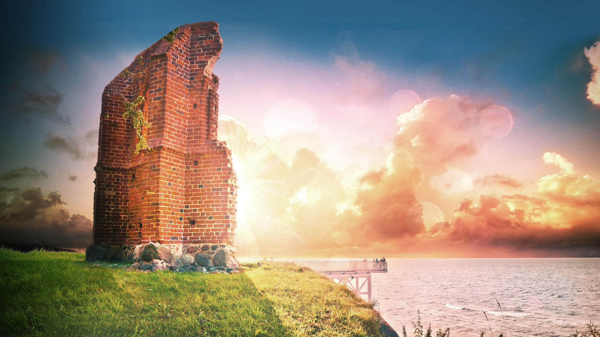Słońce zachodzące za ruinami kościółka na skarpie w Trzęsaczu